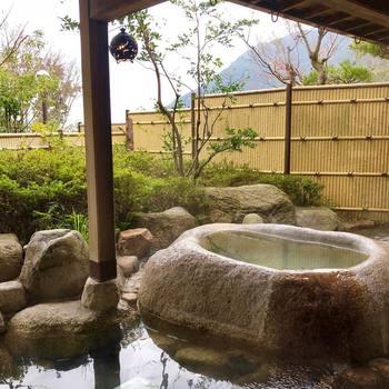 お風呂は大浴場のほか、自然の風を感じる露天風呂や気泡風呂、桧や香草を楽しめる貸切風呂などバリエーションも豊か。宿泊すると平日に限り、無料で貸切風呂を利用できます。