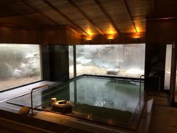 檜造りの天井の大浴場や岩造りの露天風呂からの眺めは、四季の移り変わりも感じられる美しさ。ただ温まるだけではない癒しの時間として、ぜひ利用したいお宿です。