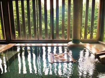 週末限定のバラ風呂や伊達政宗公のお風呂を再現したお風呂など、それぞれ雰囲気の異なるお風呂が5つ。日帰りでも自慢の料理や客室も楽しめるプランがあり、まさに心の拠り所としておさえておきたいお宿です。