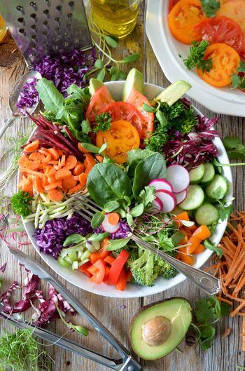 スロージューサーはじっくりと搾り出してジュースにしていくので、野菜や果物などの食材に含まれるビタミンやミネラル、そして酵素などの栄養素をそのままジュースに閉じ込めることができます。そのため、食事で食材を摂るよりも手軽に1日に必要な栄養分を摂取することができるんです!