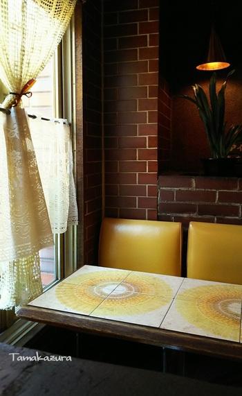 あの『時をかける少女』のリメイク映画でもロケに使用された、昭和後期のドラマから飛び出してきたような雰囲気が素敵なお店。本物の赤レンガを使った内装は純喫茶ならでは。ひまわりのような花のテーブルも可愛いですね。