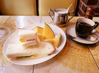 ホカホカのハムエッグサンド+コーヒー+メロンの「リミットセット」は、お得なのに美味しいと大人気!その他にもピラフやナポリタンなど、昭和レトロなメニューが多数。 中華街の散策に疲れたら、冬はカフェオレやココア、夏はクリームソーダで一休みするのもいいですね。