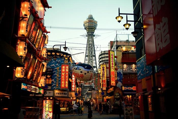 大阪のシンボル通天閣や派手な看板にネオンあふれる下町、天王寺動物園など見どころいっぱいの「新世界」。串カツ屋さんも多くあり、中でも関西の串カツ発祥の店と言われている「だるま」もあるので、串カツ目当てならこの界隈は訪れてみたいもの。