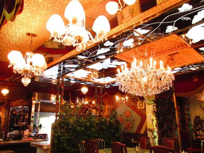 木とベルベットの椅子が並ぶ店内はなんともゴージャス。その中でもひときわ異質なオーラを放つ「オーキットルーム(特別室)」は、大きなシャンデリアと天井鏡があるきらびやかな空間になっています。 特別室で座ってコーヒーを頂いていると、ここは日本?と不思議な感覚になってくるので、お席に空きがあればぜひ入ってみてください。