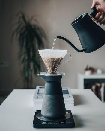 ホットコーヒーを淹れるならまずは欠かせないのがお湯ですよね。有名カフェのスターバックスやシアトルズベストコーヒーでは、理想的なお湯の温度は90℃~96℃と言われています。上級者は沸騰したお湯を温度計で測ってから淹れると◎