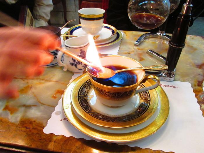ブランデーに火を付け砂糖を溶かす「カフェロワイヤル」を楽しむのもまた一興!目の前で揺れる炎にドキドキしますね。 少しお高いメニューですが、貴族気分で味わってみてはいかがでしょう。
