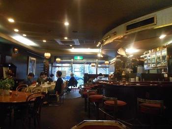 白いテーブルクロスに赤い椅子がなんともレトロな店内。 サモアールさんは横浜周辺に4店舗を構えていますが、このように広い店内でお食事ができるのは「横浜馬車道店」のみです。