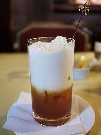 100種類もの紅茶が揃う紅茶専門店とあれば、ストレートを頼んだほうがいいのかな?と思われがちですが、一番人気のメニューはこの「アイスロイヤルミルクティ」。ミルクと生クリームがたっぷり入った甘いミルクティですが、茶葉の風味もしっかり感じられる絶妙なバランスです。一口飲めばその美味しさに驚いてしまうかも!