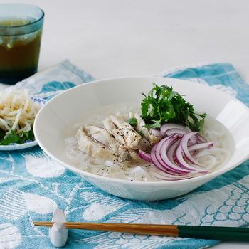 大きなボウルは麺類をよそうのにも便利。白はもちろん、薄いグレーを使っても素敵です。