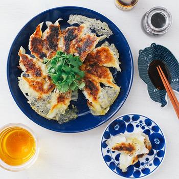 深みのある青はお料理の印象をパッと変えてくれます。いつものお料理も新鮮に感じさせてくれそう。