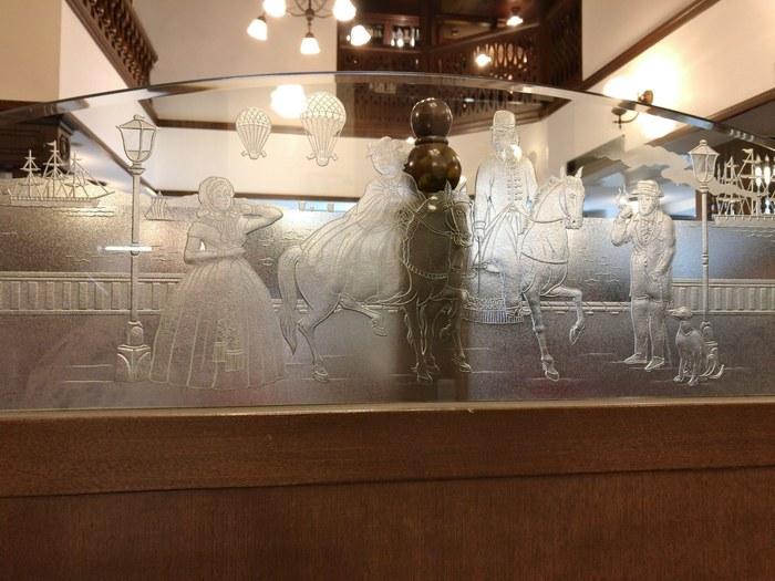 かつての馬車道の様子が描かれたガラスのパーテーションなど、横浜気分を高めてくれる内装にときめきます。