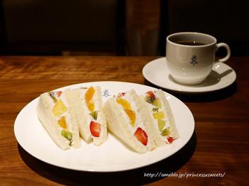 「横浜水信」のフルーツサンドは上品な甘さが美味しい。オリジナルブレンドのコーヒーとの相性はばっちりです。