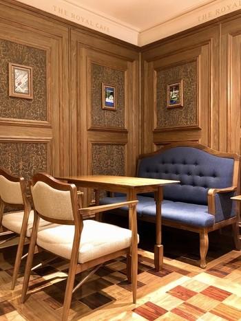 こちらは、横浜駅東急東横線・みなとみらい線改札の上のフロアという便利な場所にあるカフェ。 伊豆観光の豪華列車「THEROYALEXPRESS(ザ・ロイヤルエクスプレス)」とのコラボレーションしているので、優美な内装が特長。優雅な旅気分を味わえます。