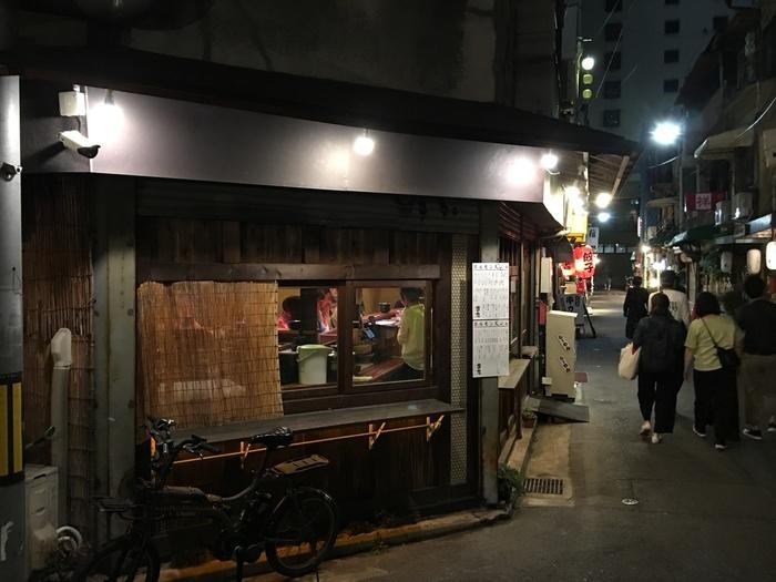 広島駅から西に向かって歩くこと数分・・・おしゃれなバルや個性派の居酒屋など、素敵な飲み屋さんが現れるのが「エキニシ(駅西)」。広島の地酒はもちろん、お酒に合う牡蠣を扱うお店が多く、「はしご酒」はもちろん、「はしご牡蠣」もできちゃう、注目のエリアなんです。  広島駅再開発が進むなか、このエキニシは、どこか懐かしい風情が漂います。心地よく夜ごはん&お酒が楽しむにはぴったりです。