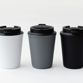 まるでコーヒースタンドのテイクアウトカップのようなフォルムの「RIVERS(リバーズ)」のウォールマグは、モチーフとなったカフェのカップそのままに蓋つきでこぼれにくい仕様。持ち運びはもちろんですが、家の中でもうっかりこぼして濡らしたくない書類やパソコンと一緒に作業するのにも適しています。