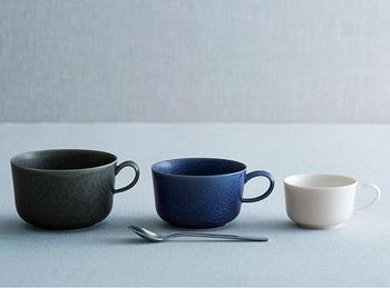 やきものの日本の伝統的な釉薬で、伊羅保釉(いらぼゆう)とよばれるものは、均質でなくゆらゆらとした模様が特徴です。色が持つやわらかい空気感と、「イイホシユミコ」さんのうつわの上質な佇まいがぴったり合って素敵ですね。
