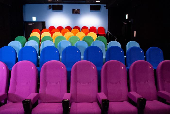 「ポップ」、「レインボー」、「レッド」、「ウッド」、「ストライプ」。コンセプトの異なる5つのスクリーンは座席だけではなく、壁紙も含めて、空間ごとデザインされています。スクリーン2は「レインボー」。爽やかなブルーの壁紙に、レインボーカラーの座席がとても楽しい雰囲気。上映前から自然と気分が上がりそうです。