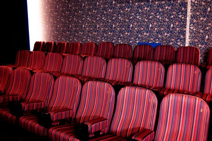 「アップリンク吉祥寺」の中で、最も小さなスペースでもあるスクリーン5。「ストライプ」というテーマの通り、グラデーションがきれいなストライプ柄の椅子が整然と並んでいます。ウィリアム・モリスの壁紙に囲まれた部屋は、プライベート感もあって、とてもおしゃれ。リラックスして映画を見たいときにぴったりです。