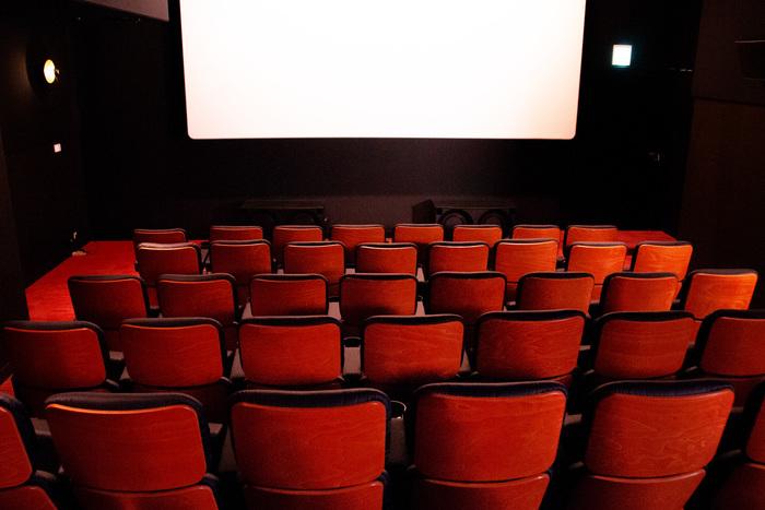 スクリーン4のテーマは「ウッド」。木目調の座席や壁紙に合わせて、照明も落ち着いた雰囲気にまとまってます。