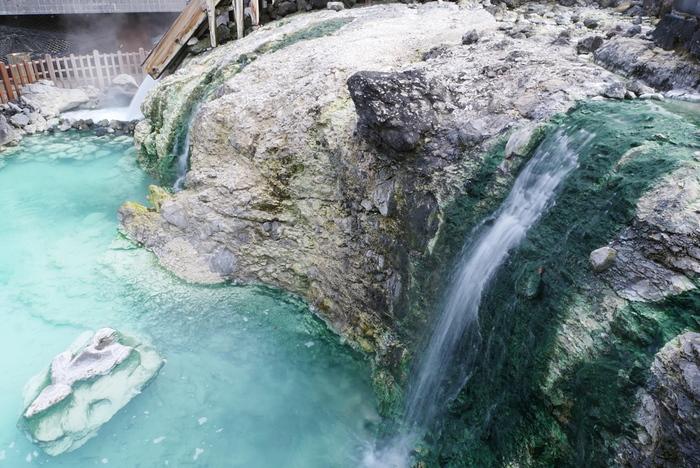 草津温泉のお湯は日本有数の酸性度で、湯畑源泉のpH値は2.1。中性の値が7なのでかなり酸性が高いことが分かりますね。殺菌作用もあり、美肌の湯としても知られています。