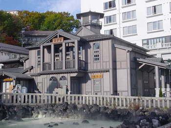 草津に江戸時代から伝わる独特な入浴法「湯もみ」を見たり、体験できる「熱乃湯(ねつのゆ)」も、草津温泉を代表する名所のひとつ。湯畑の正面にあるレトロな建物に足を運んでみましょう。
