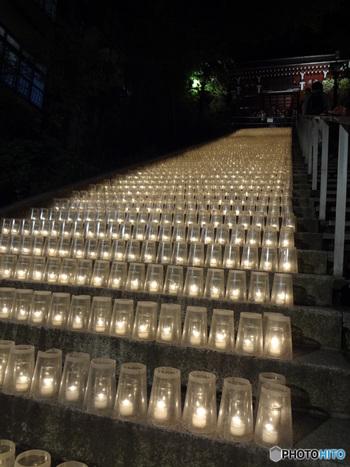 """湯畑のすぐそばにある光泉寺へ登る石段に、1,500個以上のクリアカップキャンドルが灯る「湯畑キャンドル""""夢の灯り""""」。ゆらゆらと揺れるキャンドルの光と、湯畑の湯けむりが幻想的なムードを作り出します。冬の草津を訪れた際は、ぜひこの灯りを楽しんでみてはいかがでしょうか?  ※天候によって中止する場合があるので、詳細は公式FBをご確認ください。"""