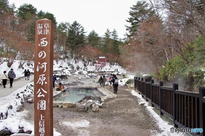 湯畑から歩いて15分ほどのところにある「西の河原(さいのかわら)公園」では、あちこちから温泉が湧き出し、大量の湯けむりをあげて湯川となって流れるのを見ることができます。お湯が強い酸性のため、周囲に草木が生えないことや大量の湯けむりの様子から、昔は「鬼の泉水」とも呼ばれていたそう。現在は、川に沿って遊歩道が整備されていて歩きやすい散策スポットになっていますよ。