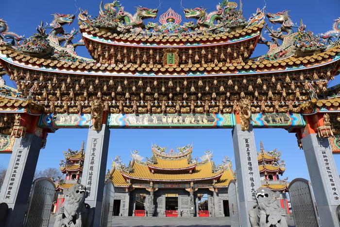 関越道の鶴ヶ島IC坂戸出口から3.5キロメートルのところにある「聖天宮(せいてんきゅう)」は、台湾の伝統宗教である道教のお宮。現存するものとしては、国内最大級の規模を誇ります。田園の中に突如豪華絢爛な建物が現れるので、初めて訪れた方はびっくりするかも知れませんね。