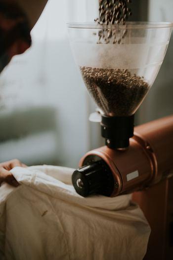 コーヒーの味を決めると言っても過言ではない、豆を挽く工程。コーヒーの挽き方は、極細挽き、細挽き、中細挽き、粗挽きと様々で、コーヒーの苦みやコクを決める要素になります。そんな豆を挽くのに使う、コーヒーミルのご紹介です。