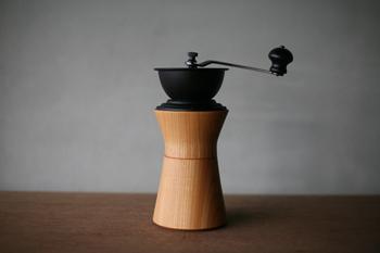 お値段は税込21,600円と高級ながら、天然のケヤキと重厚な鉄で作られた「MokuNeji×Kalita(モクネジ×カリタ)」のコーヒーミルは、一生使うとすると良い買い物になるかも。木の真ん中あたりをひねると挽いたコーヒーの粉が簡単に取り出せるしくみは、職人さんの高い技術によるものです。