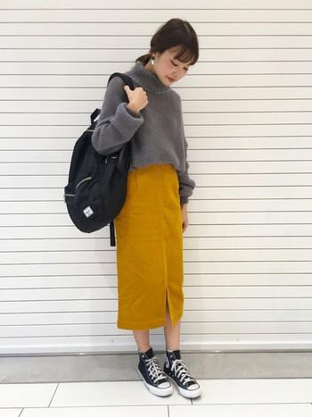 明るめマスタードイエローなら、カジュアルなスニーカースタイルにぴったり!シルエットがIラインなので、すっきりとスタイル良く着ていただけます。