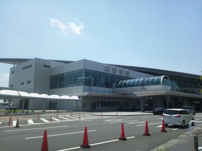 広島の空の玄関口「広島空港」。羽田をはじめ、全国の地方空港をつなぐ国内便、韓国や台湾、グアムなどの国際便も充実している、中四国地方の主要空港となっています。  せっかく飛行機で「広島空港」に到着したのに、広島駅行きのリムジンバス発車までの待ち時間が意外と長かったり、搭乗するときも、結構待ち時間をもてあましてしまったり・・・。空港内で過ごす時間は、思っているよりも長いものですよね。