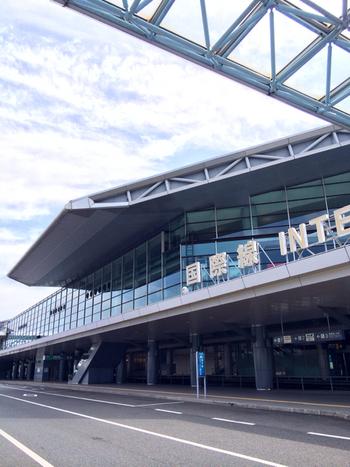 空港の場所は広島県三原市で、広島駅へのアクセスは車で45分ほど。  そこで、「お腹すいたけど、どこえ行けば・・」という方に向けてお店をセレクトしました。ターミナルなど、空港内や周辺エリアで、美味しくお腹を満たしましょう*