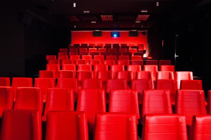 コアな映画ファンのみならず、ファミリー層もターゲットにする「アップリンク吉祥寺」。単館ならではの個性的な作品にとどまらず、ロードショー作品も扱い、訪れる人に型にはまらない映画の楽しみ方を提案してくれます。驚くのは、5つのスクリーンを用意し、1日に20本もの映画を上映していること。また、この映画館のために開発したスピーカーやイタリア製のアンプを使うなど音響設備もかなりの充実ぶり。新旧問わず、国内外問わず、ジャンルを問わず...ありとあらゆる映画を最高の環境で体験できるという贅沢さ。今まで、こんなにわくわくする映画館があったでしょうか?