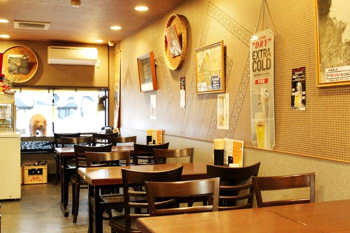 どことなく昭和の雰囲気が漂う素朴であたたかみのある店内は、カウンター8席の他、テーブル席も26席ほどありくつろげる空間となっています。