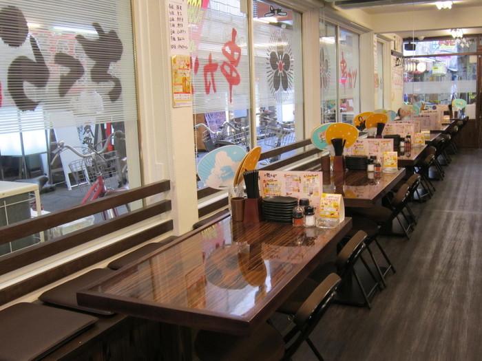 カウンター7席、テーブル23席の店内は、落ち着いた色合いでまとめられており、グループで訪れてもゆったりと食事ができます。