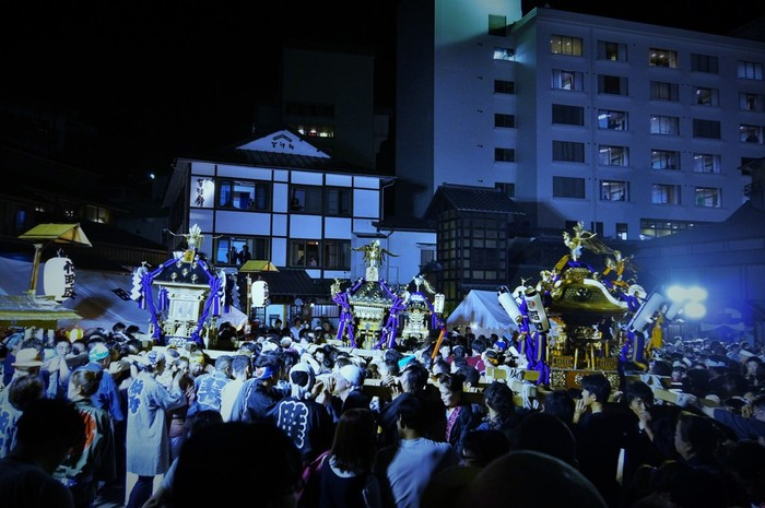 毎年7月17・18日に行われている「白根神社祭礼」は、日本武尊を祀った白根神社の氏神祭りです。神社境内や湯畑を中心にお神輿が練り歩き、草津温泉の夏を盛り上げています。屋台もたくさん出ているので、浴衣を着て楽しむのも良さそう。