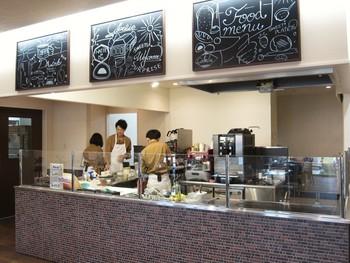 こちらの店舗は、カフェ+ショップ+工場+体験工房が融合。広島県の新しいスイーツスポットとして注目を集めています。イベント企画も多く、パン作り体験ができる日もありますよ。