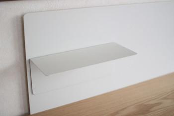 こちらがL字型のマグネット棚です。マグネットなので、ぴたりと決めた位置にもっていくことができるところがいいですね。