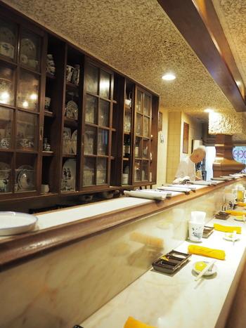 店は2階にあり、カウンターのみのシックな店内は串カツ屋さんというよりも、まるでショットバーのようなオシャレな空間。