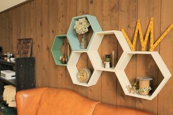 ハニカム模様の飾り棚はただきっちりと壁に並べていくだけで、動きのある面白いものになりました。同じかたちのものを連続させることは、お部屋全体をまとめる上でとても大切なことです。