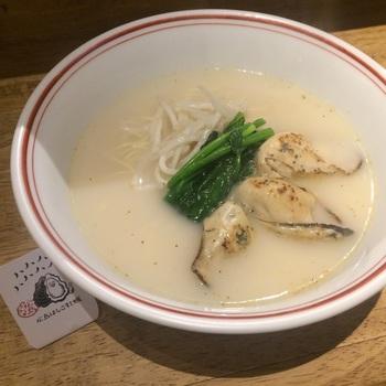 もちろんおすすめは、ラーメン。だんとつ人気が、こちらの「カキラー〆ン」(ラー〆ンは、ラーメンと読み、ます)です。  バターベースの塩味スープが牡蠣の味を引き締めて、ラーメン通も唸る美味しさ。夜のはしご酒を締めくくる、締めのラーメンとしても人気です。ですがランチタイムでも食べることができますよ◎  スープはあっさりとしていて、女性の方でも最後まで飲み干せる美味しさ。ぜひ広島ラーメンの奥深さをご堪能あれ!