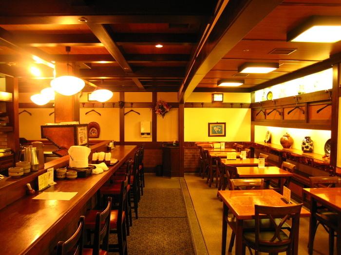 木のぬくもりが心地よい店内は、カウンターや2人席などああり、一人でも大勢で訪れても落ち着いた空間で旅の夜を楽しく過ごせそう。