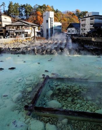 草津温泉が発見されたのは古墳時代と言われています。その後、豊臣秀吉が病中の徳川家康に草津温泉での湯治をすすめたり、八代将軍徳川吉宗が温泉を江戸に運ばせたという記録も残っています。近年では、志賀直哉や竹久夢二などの著名人も入湯。草津温泉の効能は古くから広く知られていたんですね。