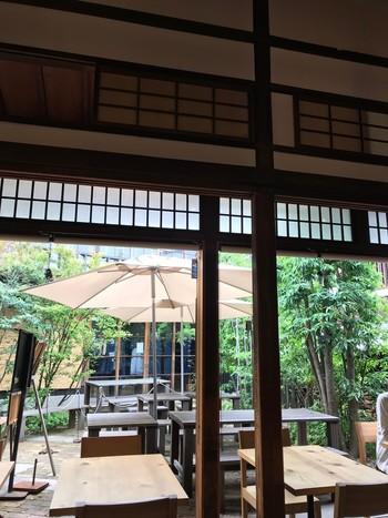 「コノフォレスタ」は、約90年前の日本家屋を改装した趣のあるおしゃれなイタリアン。セレクトショップ・林十郎商店の敷地内にあり、落ち着いた雰囲気が魅力です。お子さん連れの場合は、開放感のあるテラス席がおすすめですよ。