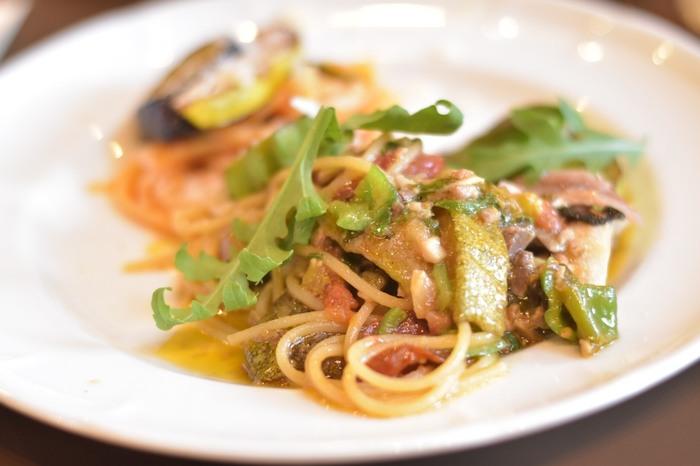 パスタは4種類ほどの中からセレクトできます。お野菜の甘みや香りがしっかりと感じられ、どれを選んでも間違いないとリピーターも多いんですよ。