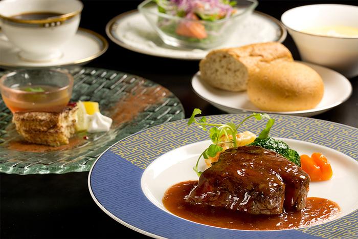 ランチのおすすめは、牛フィレ肉or牛ロースステーキから選ぶ「蔵のステーキランチ」です。繊細に焼き上げたステーキは上質な味わい。雰囲気も最高で、倉敷ならではの情緒あふれる時間を堪能できます。
