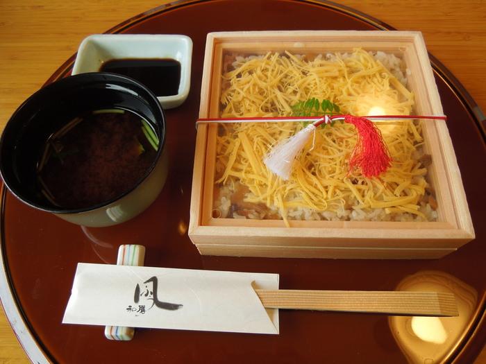 倉敷駅から歩いて7~8分のところにある「蔵Pura 和膳 風(クラプーラ ワゼン フウ)」は、岡山名物の「返し寿司」がいただけるお店。返し寿司とは、その昔、贅沢を禁じられていた時代に食べられていたお寿司。一見すると錦糸卵のシンプルなお寿司ですが、ひっくり返すと…