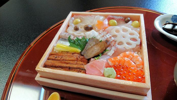 お刺身やれんこん、ごぼうなどが美しく盛り付けられたお寿司が現れます。ランチタイムでは、天ぷらや茶碗蒸しなどのセットメニューになっています。古くから伝わる名物を現代風にアレンジし豪華に仕上げたお寿司は、目も舌も満足させてくれること間違いなしです。