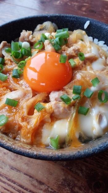 「月見親子丼」は、柔らかい若鶏のもも肉と、旨みのつまった歯ごたえのある親鶏のミンチをふわふわに卵でとじたもの。仕上げに濃厚なあっぱれたまごをトッピングすれば、お出汁の効いたぷりぷりの鶏肉とまろやかさがたまらないおいしさです。